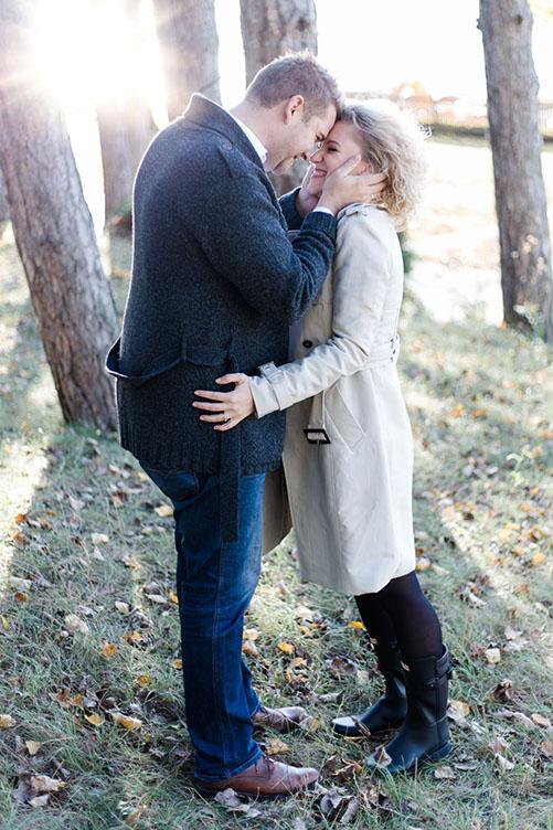 romantische Paarfotos im Herbst